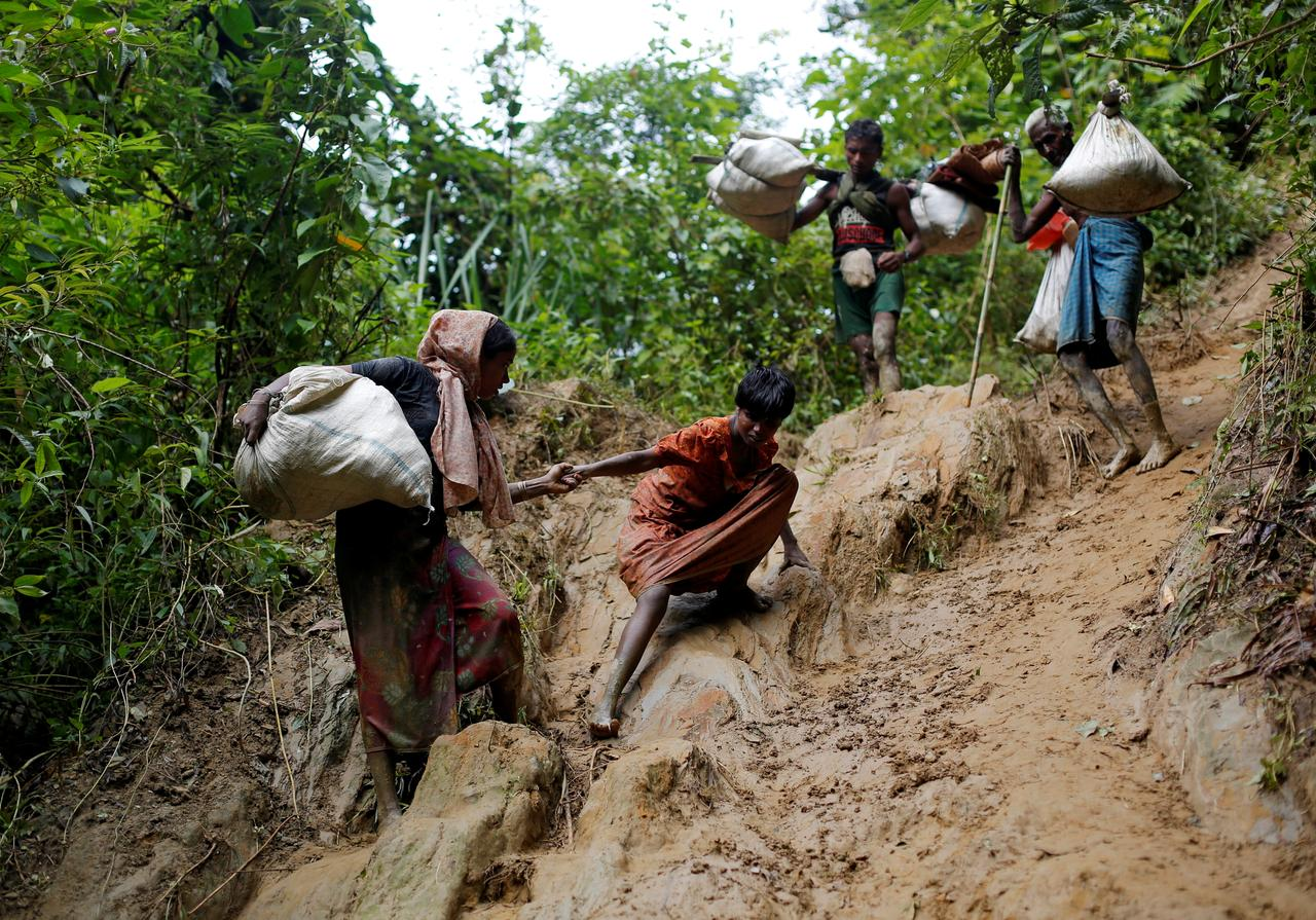 Rohingya refugees climb down a hill after crossing the Bangladesh-Myanmar border in Cox's Bazar, Bangladesh September 8, 2017. REUTERS/Danish Siddiqui