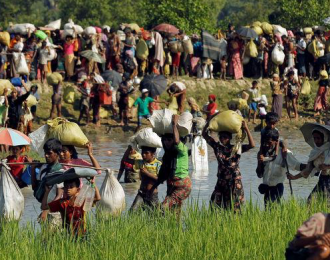 Rohingya refugees who fled from Myanmar wait to be let through by Bangladeshi border guards after crossing the border in Palang Khali, Bangladesh October 16, 2017. Photo: Reuters/Zohra Bensemra