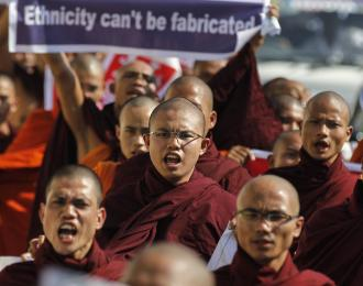 Buddhist monks protest the visit of a U.N. official in Yangon on Jan. 16, 2015. According to local media reports, they were angry that the international organization had urged the government to give members of the Rohingya minority citizenship. © Reuters
